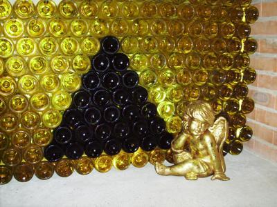 Dreieck aus Weinflaschen